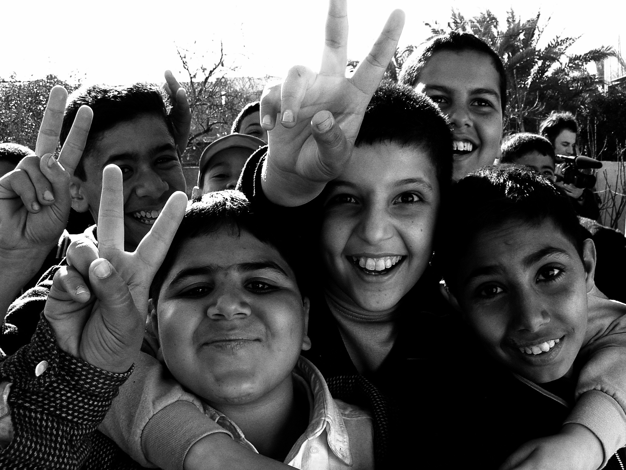 Iraqi_boys_giving_peace_sign