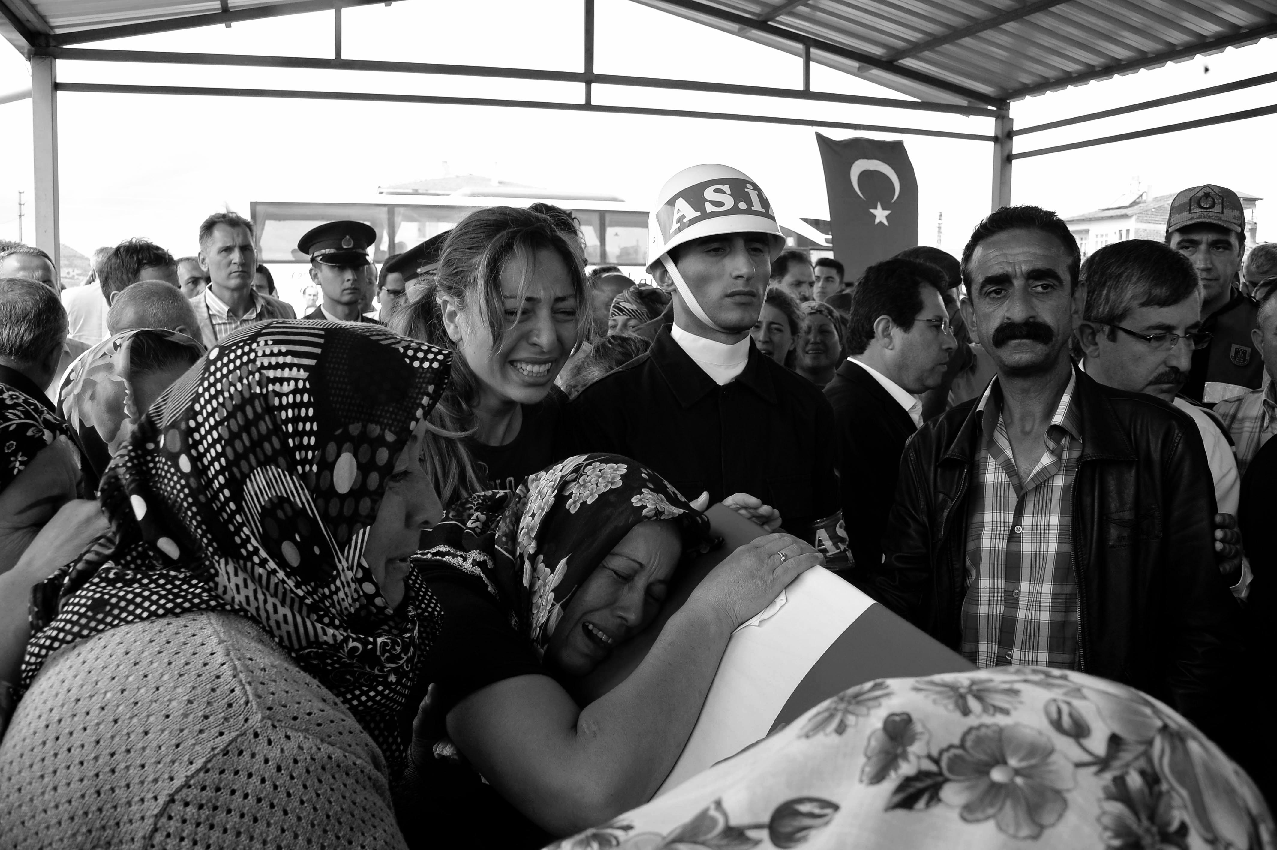 Hakkari'nin Şemdinli ilçesinde düzenlenen bombalı saldırıda şehit olan Astsubay Kenan Ceylan'ın cenazesi, memleketi Tokat'ın Zile ilçesinde son yolculuğuna uğurlandı. Şehidin annesi Güner ve kız kardeşi Ebru tabuta sarıldılar.  (Ekber Türkoğlu - Anadolu Ajansı)