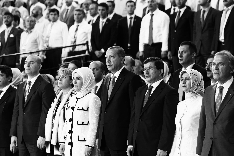 AK Parti 1. Olağanüstü Büyük Kongresi, Genel Başkan ve Başbakan Recep Tayyip Erdoğan'ın salona giriş yapmasının ardından başladı. Erdoğan, salonda, Genel Başkan Adayı ve Dışişleri Bakanı Ahmet Davutoğlu ile yanyana oturdu.  (Hakan Göktepe - Anadolu Ajansı)