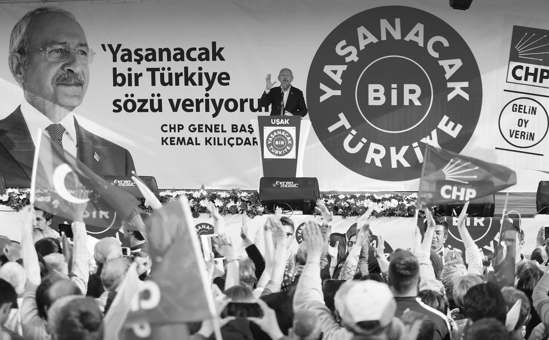 CHP Genel Başkanı Kemal Kılıçdaroğlu, partisinin Uşak Mitingi'nde Cumhuriyet Meydanı'ndan partililere seslendi.  (Emin Mengüarslan - Anadolu Ajansı)