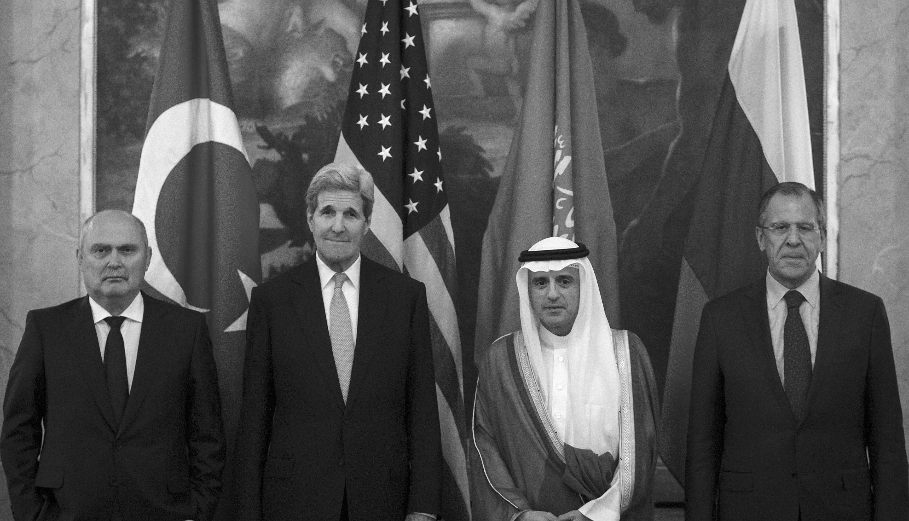 Turkish Foreign Minister Feridun Sinirlioglu (L), U.S. Secretary of State John Kerry (2nd L), Saudi Foreign Minister Adel al-Jubeir (3rd L) and Russian Foreign Minister Sergey Lavrov pose during a photo opportunity before a meeting in Vienna, October 23, 2015. REUTERS/Carlo Allegri
